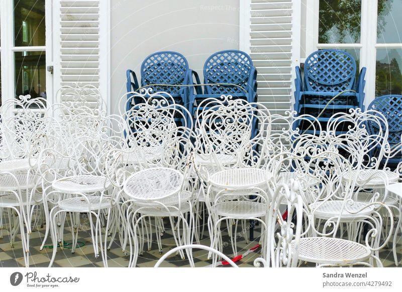 Leere Stühle in der Gastronomie Corona Wirtschaft Cafe Virus Maßnahmen Schließung Insovenz Pleite Not Finanzen Konsum