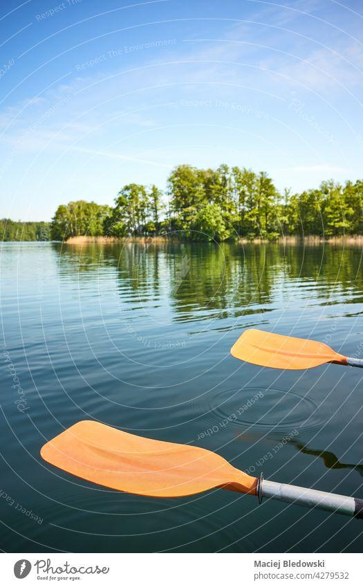 Kajakpaddel ruhen über dem Wasser, selektiver Fokus. Sport Natur Kanu niemand Paddel Aktivität Urlaub Ruder Abenteuer Gerät Freizeit Reise Feiertag Lifestyle