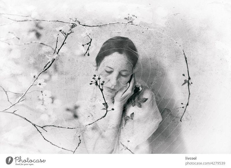 Frau unter Kirschzweigen Tüll Kirschbaumzweige Blume Frühling Natur Baum schwarz auf weiß retro Antikstil Gefühl altehrwürdig Menschen Schönheit sinnlich