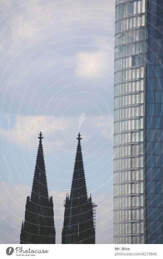 größenunterschied Hochhaus Gebäude Bauwerk Dom Kirche Stadtzentrum Architektur Sehenswürdigkeit Wahrzeichen Glasfassade Bürogebäude Kirchturmspitze Kölner Dom