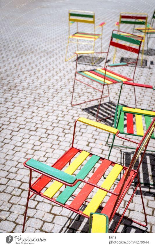 Platzangebot Stuhl Stuhlreihe lebensfroh bunt Leichtigkeit leer Menschenleer Reihe frei Stühle Strukturen & Formen Bestuhlung Sitzgelegenheit Farbfoto