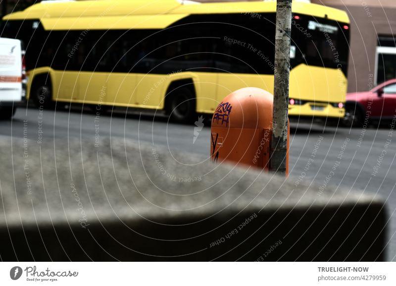Die schwarz gelbe Farbe signalisiert Achtung! Gefahr! wenn man an Wespen und Hornissen denkt aber hier ist es ein großer Autobus in der Stadt, der den Blick auf sich zieht, obwohl im Vordergrund das Signal Orange des Abfallkorbs leuchtet