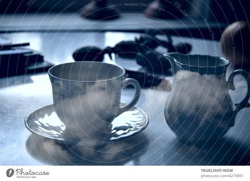 Kaffeepause mit Wolken. Ein runder Küchentisch steht am Fenster. Undefinierbares Zeug liegt darauf herum. Aber das Kaffee Geschirr im Vordergrund ist gut erkennbar. Verwirrend nur die Wolken darauf und drumherum