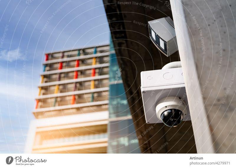 CCTV-Sicherheitskamera Videosystem für die Sicherheit außerhalb des Bürogebäudes installiert. Closed Circuit Television . CCTV elektronisches Sicherheitssystem. Polizei-Ausrüstung. Videoüberwachungskamera-Technik.