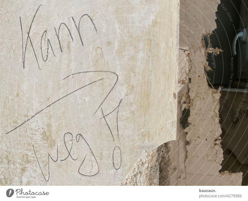 kann weg! Baustelle Abbruch Schriftzeichen Pfeil Menschenleer Farbfoto Schilder & Markierungen Zeichen Wand Detailaufnahme Mauer Handwerk Hinweisschild