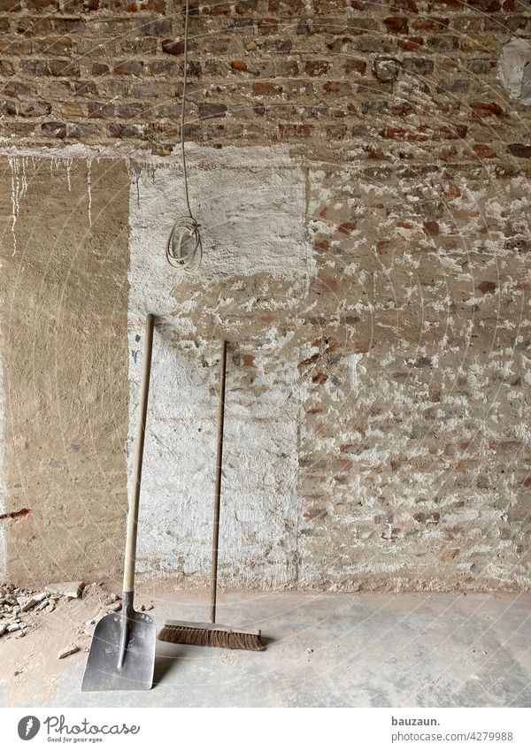 alte besen kehren auch gut. Besen Baustelle Wand Handwerk Menschenleer Farbfoto Arbeit & Erwerbstätigkeit Renovieren Mauer Haus Sanieren Wandel & Veränderung