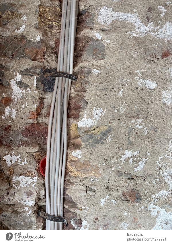 neue kabel auf alter mauer. Kabel Elektrizität elektriker Leitung Energie Stromtransport Energiekrise Energiewirtschaft Technik & Technologie Stromtrasse