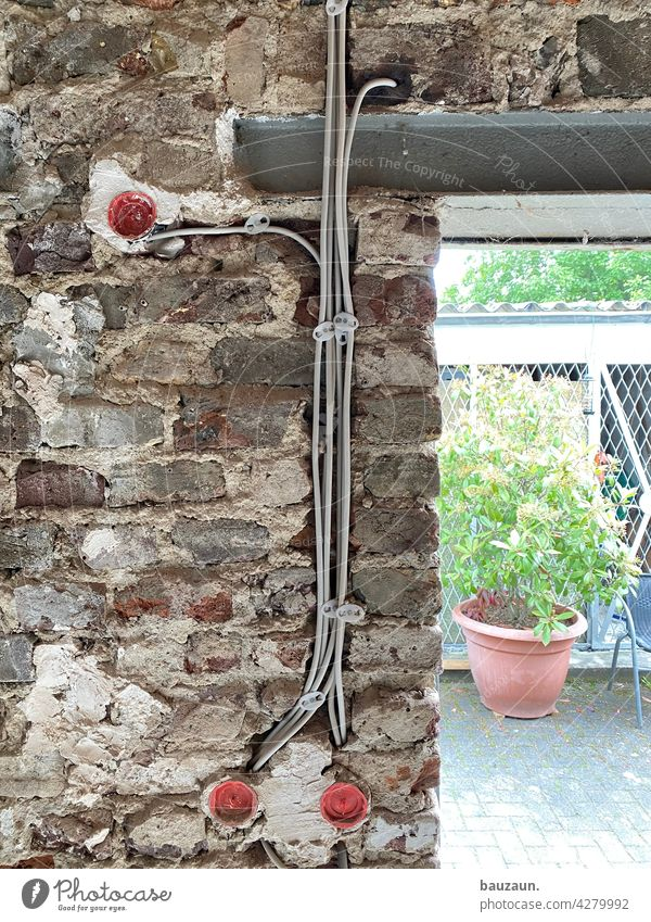 neuer strom auf alter mauer. Strom Steckdose Kabel Elektrizität Technik & Technologie Energie Leitung Wand Baustelle mauerwerk Stromtransport Wandputz