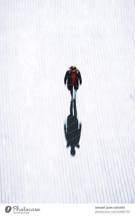 Tourist zu Fuß rund um auf der Straße in Bilbao Stadt Spanien Tourismus Person Menschen menschlich Fußgänger Schatten Silhouette Boden im Freien Großstadt urban