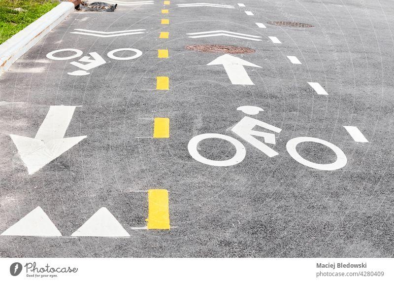 Asphaltierte Fahrradspur in New York City, Fokus auf das Fahrradsymbol, USA. Straße New York State Großstadt Fahrradweg Fahrspur Zeichen Symbol urban Manhattan