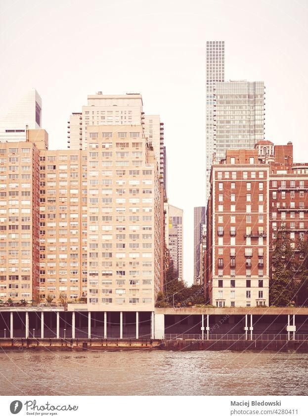 Wohngebäude entlang East River Waterfront, Retro-Farbe getönten Bild, New York City, USA. New York State Großstadt Gebäude retro altehrwürdig Appartement