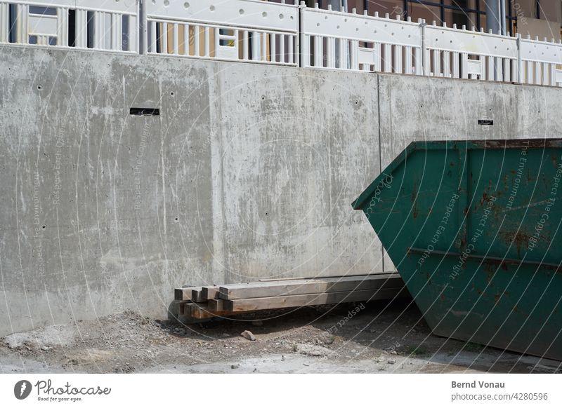 Graustelle Baustelle grau Beton ortsichtbeton mulde Container Holz Konstruktion Zaun Sand dreckig Architektur Sonnenlicht Menschenleer Schatten