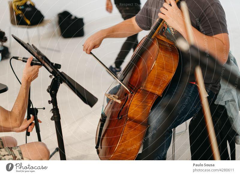 Cello spielender Mann Spielen Musik Musiker Musikinstrument Streichinstrumente Saite musizieren Detailaufnahme Kunst Orchester Innenaufnahme Farbfoto