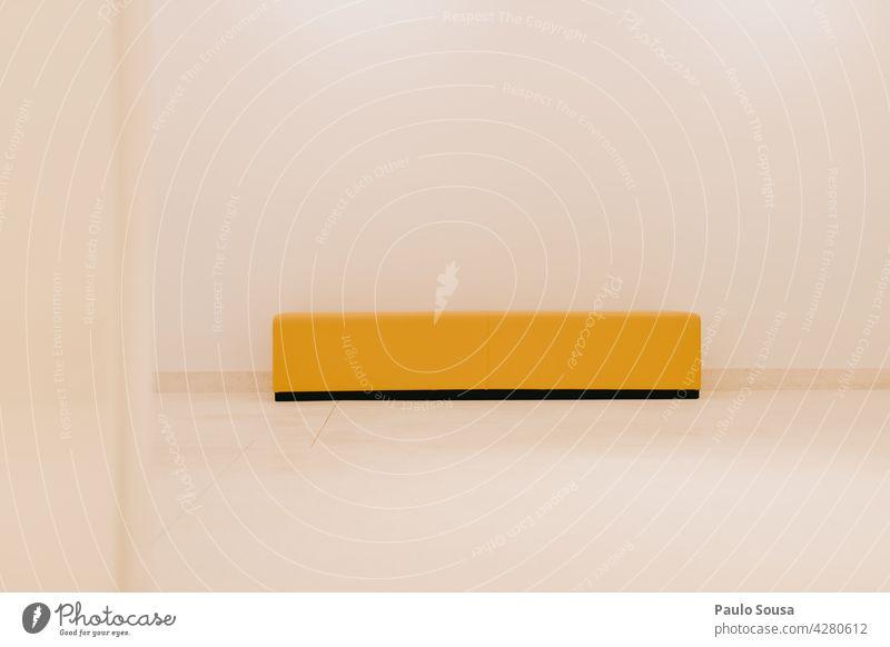Gelbe Bank an der Wand gelb Bänke Linien Linien und Formen im Innenbereich abstrakt Design Menschenleer Strukturen & Formen Streifen Hintergrundbild