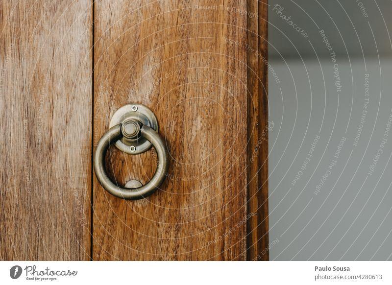 Holztür mit Griff Tür Türschloss Handgriff hölzern Eingang Schloss Detailaufnahme Farbfoto Menschenleer Sicherheit Eingangstür zugeklappt alt braun