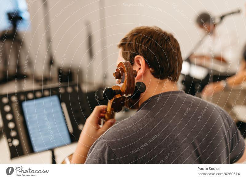 Rückansicht Mann spielt Cello Musik Musiker Musikinstrument Innenaufnahme musizieren Farbfoto Kunst Detailaufnahme Nahaufnahme Saite Orchester