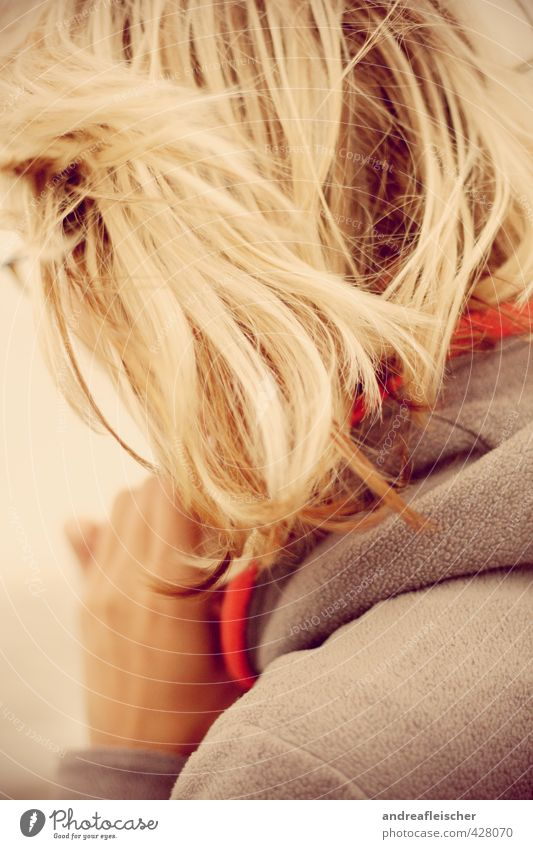 Ostseefelling. Mensch Ferien & Urlaub & Reisen Jugendliche Junge Frau Hand Meer 18-30 Jahre kalt Erwachsene Leben Traurigkeit feminin Haare & Frisuren Freizeit & Hobby blond ästhetisch