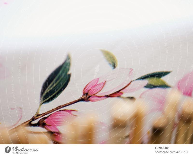 Rosa Blüte auf Wachstischtuch, japanisch anmutend rosa blüte Blütenzweig zart schön hell Bambusrohr Zeichnung Frühling