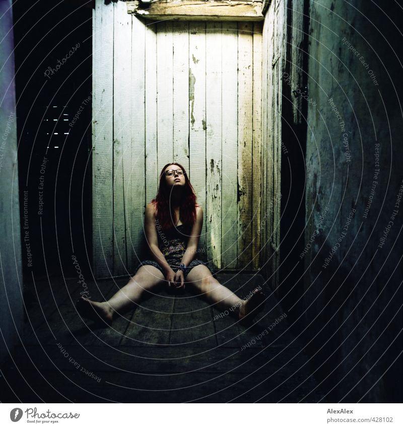 Dir ergeben Junge Frau Jugendliche Beine 18-30 Jahre Erwachsene Dachboden Holzwand Sommerkleid Festivalbänder Armband Brille Barfuß rothaarig langhaarig Blick