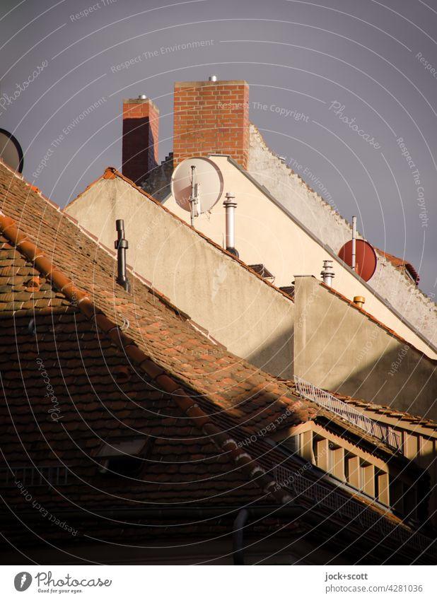 Dach + Giebel Giebeldächer Strukturen & Formen Einigkeit Dachgiebel Haus Altstadt Architektur Himmel Schornstein Dachziegel Dachgaube Satellitenantenne