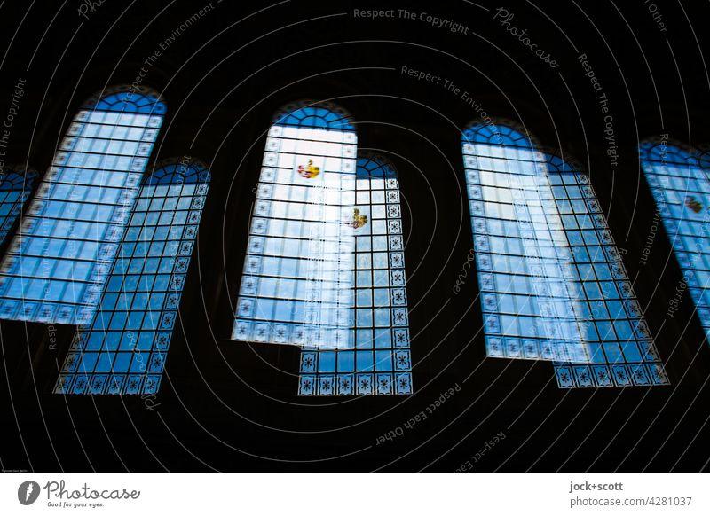 große Hallenfenster + Stadtwappen eingelassen Fenster Tageslicht Architektur Wappen Empfangshalle Doppelbelichtung Unschärfe Silhouette abstrakt Stil