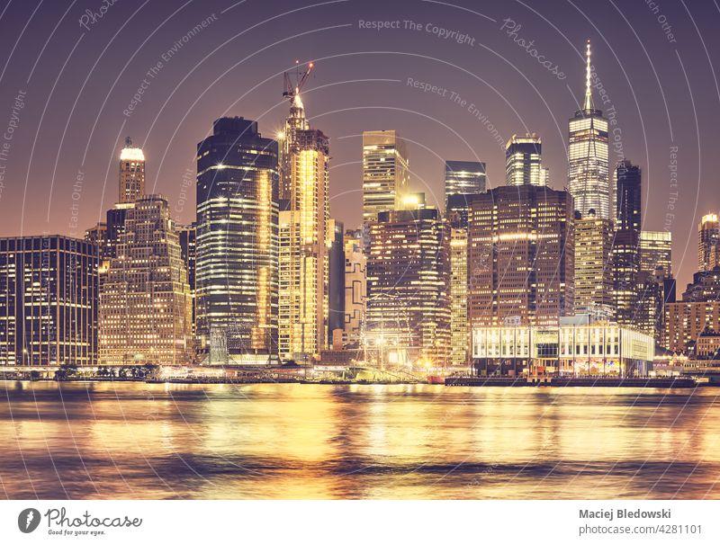 Manhattan-Skyline bei Nacht, Farbtonung angewendet, New York City, USA. Wolkenkratzer New York State Panorama Großstadt nyc Stadtbild golden Gebäude