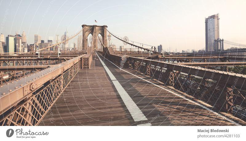 Panoramablick auf die Brooklyn Bridge, farbig getöntes Bild, New York City, USA. New York State Großstadt Skyline Manhattan Big Apple Stadtbild retro