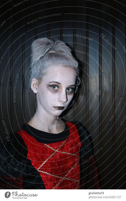 Draculas Tochter | Mädchen im Vampirkostüm zu Halloween Porträt Fasching Kostüm Karnevalskostüm Mädchenportrait 8-13 Jahre 12 Jahre verkleiden langhaarig