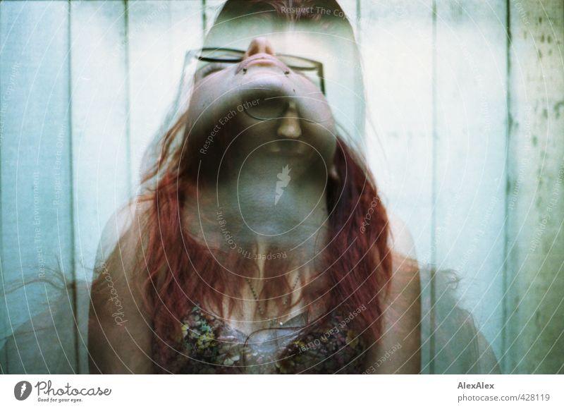 200 | Doppelpräsenz Junge Frau Jugendliche 18-30 Jahre Erwachsene Dachboden Holzwand Kleid Brille Snakebites rothaarig langhaarig Bewegung Blick außergewöhnlich