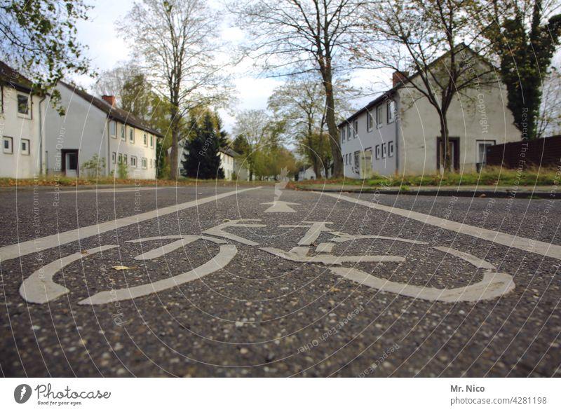 Radweg Straßenmarkierung Markierung Linien Asphalt Fahrradweg Verkehr fahrradweg mehrspurig verkehrsregel fahrradspur Verkehrswege Straßenverkehr