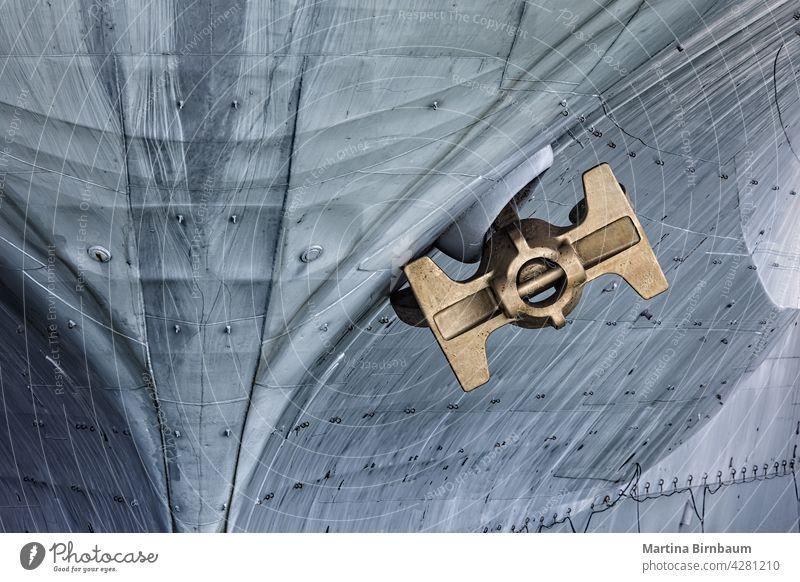 Goldfarbener Anker eines historischen Flugzeugträgers, Nahaufnahme San Diego Kalifornien Transport Verkehr Schiff Gefäße golden USA reisen San Diego County Meer