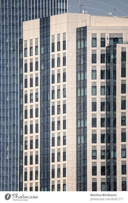 Moderne Bürogebäude mit geradliniger Architektur Fenster blau Struktur Technik & Technologie abstrakt Business modern futuristisch Außenseite Großstadt
