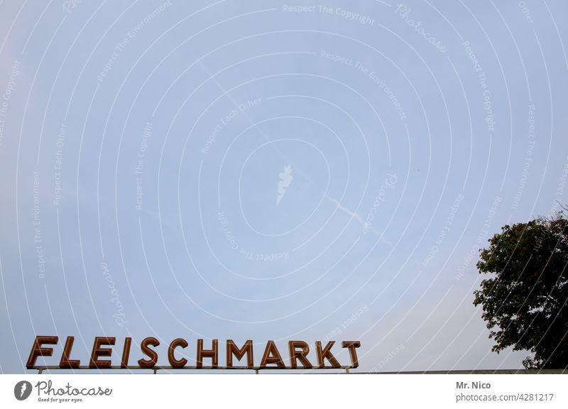 Fleischmarkt Markt Schilder & Markierungen Schriftzeichen Leuchtreklame Handel Wirtschaft Ernährung Markthalle Typographie Hinweisschild Wurstwaren Wort