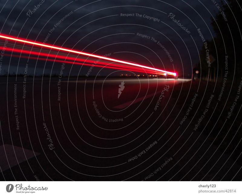 Leuchtspur Nacht dunkel schwarz Rücklicht rot fahren Verkehr PKW Straße Lampe