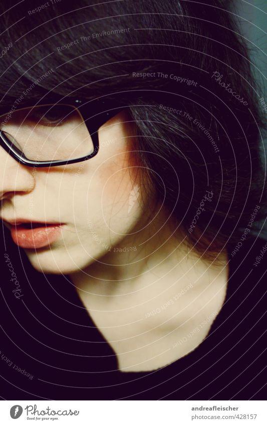 psychopath Mensch Jugendliche Junge Frau ruhig Erwachsene dunkel 18-30 Jahre Gefühle feminin Angst warten Brille einzigartig Lippen gruselig brünett