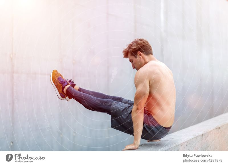 Junger Mann beim Training im Freien Jogger Läufer Joggen rennen Menschen jung männlich Energie Übung Bekleidung trainiert. Fitness Erholung Sport
