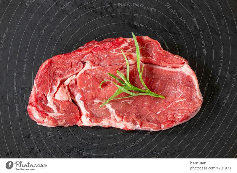 rohes Steak auf schwarzem Schiefer ungekocht Fleisch Schieferteller Protein Sirloin Rindfleisch geschnitten Hintergrund Essen Abendessen dry age Zutat weiß