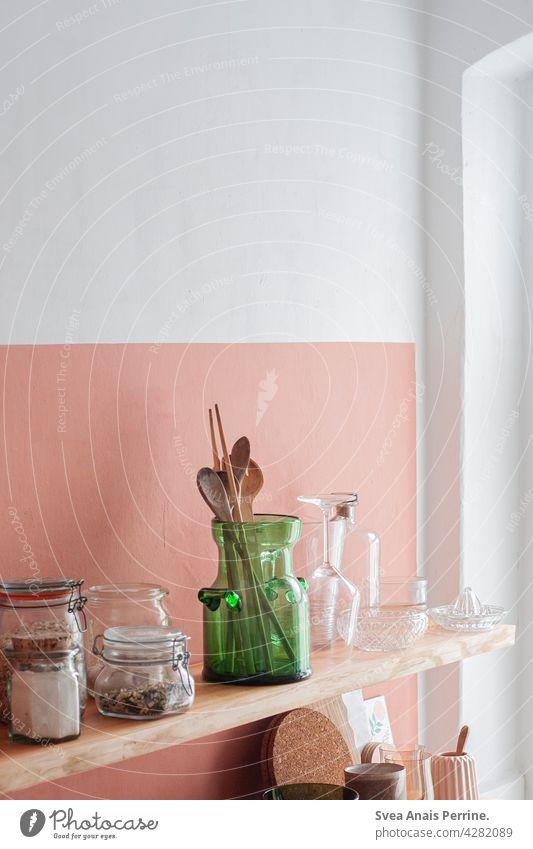 Farbe bringt Leben Küche Wohnen Wand Wandfarbe Regalbretter Kochlöffel Holzlöffel Ernährung Gesundheit Innenaufnahme Innenarchitektur Stillleben