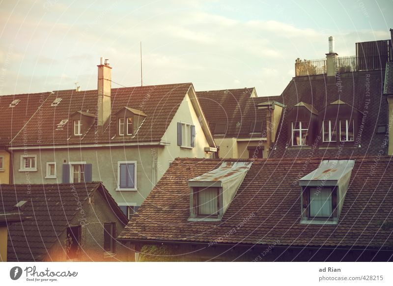 It's All Around You Himmel Stadt schön Sommer Erholung Wolken Haus Fenster Architektur Glück Stimmung Häusliches Leben Idylle Schönes Wetter Dach historisch