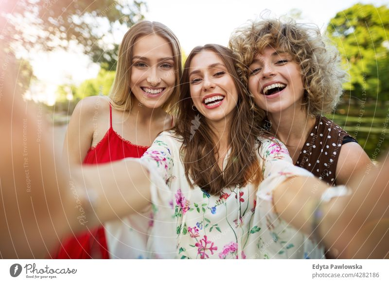 Drei Freunde machen Selfies Sonnenuntergang Sommer Menschengruppe Zusammensein Frau Frauen jung lässig schön attraktiv Mädchen drei Personen Freundschaft
