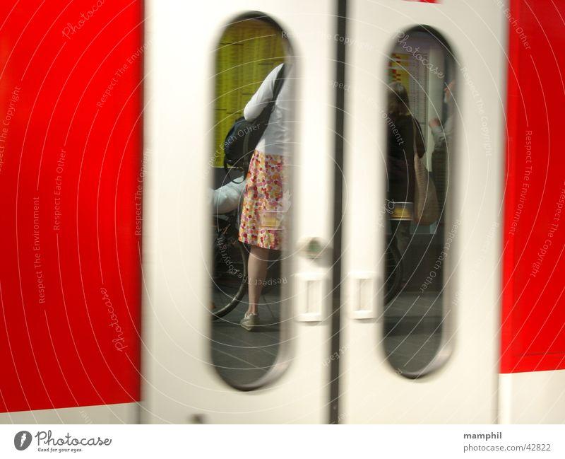 Frau auf dem Bahnsteig Tür Verkehr Bahnhof Fahrplan