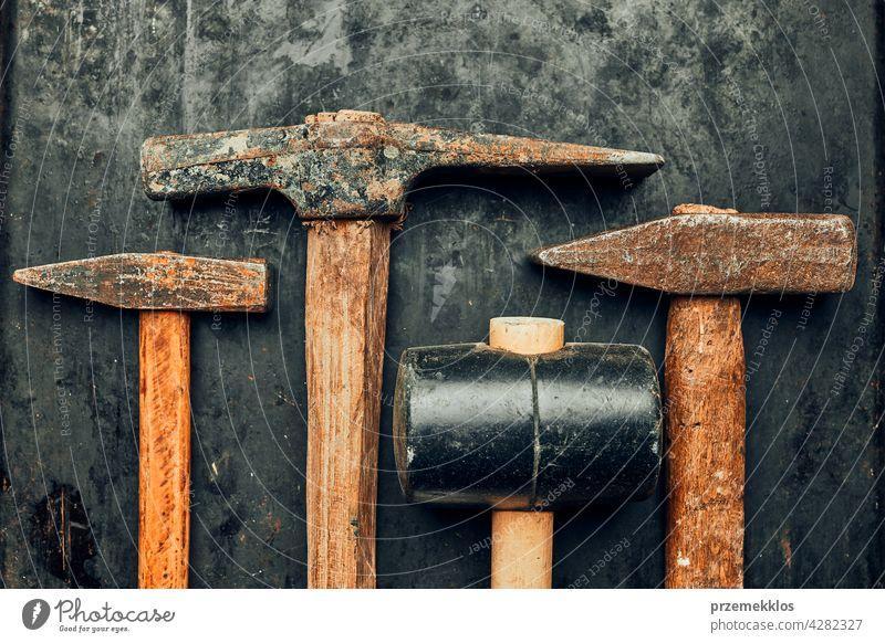 Alte Hämmer auf Stahloberfläche. Rostige Werkzeuge zur Wartung. Hardware-Werkzeuge zum Reparieren. Technischer Hintergrund mit Kopierraum Metall bügeln alt