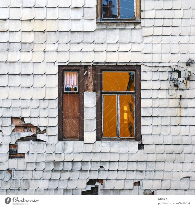 Alt im Q Stadtrand Menschenleer Haus Mauer Wand Fassade Fenster alt Senior Armut Endzeitstimmung Verfall Vergänglichkeit Häusliches Leben Ruine Dachziegel Loch