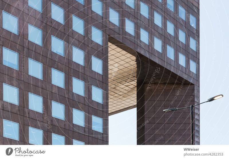 Kästchen über Kästchen - ein modernes Bauwerk in der City Bürogebäude Quadrat quadratisch geometrisch angeordnet Laterne Straße Fassade Strukturen & Formen