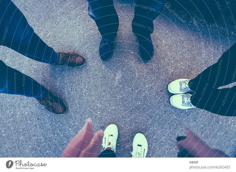 4 Paar Schuhe Schuhbänder mehrfarbig Mode gegenüber stehen Fuß Außenaufnahme Damenschuhe Vogelperspektive Farbfoto urban Beine Fußgänger im Freien Boden Asphalt