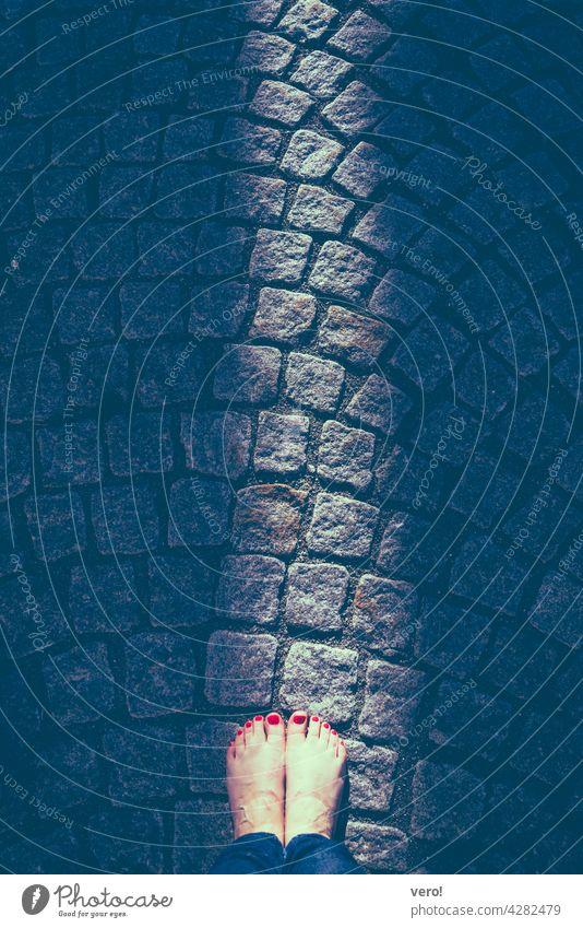 Lichtschein, barfuss, Sockenabdruck Sonne Mensch Stadt Außenaufnahme Farbfoto licht leuchten Scheinen Licht Schatten Beleuchtung Kontrast Detailaufnahme