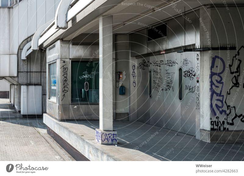Wo früher große Kongresse stattfanden, ist jetzt alles verschlossen und verlassen Kongresszentrum Berlin Metall Architektur modern urban Eingang Grafitti