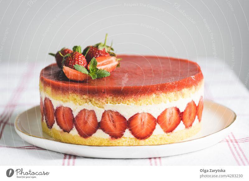 Französischer Erdbeerkuchen Fraisier. Erdbeeren Kuchen Beeren Minze Biskuitkuchen Teller süß rot Lebensmittel Gebäck Dessert Bäckerei Frucht Sahne frisch