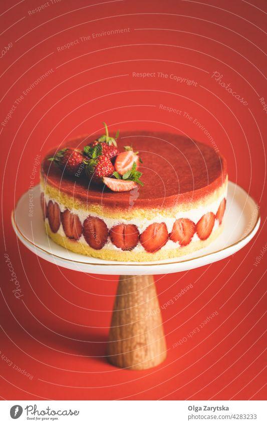 Französischer Erdbeerkuchen Fraisier. Erdbeeren Kuchen Kuchenstand rot Hintergrund Beeren Minze Biskuitkuchen Teller süß Lebensmittel Gebäck Dessert Bäckerei