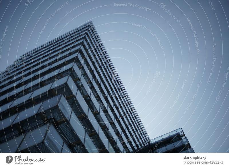 Moderne Architektur eines Gebäudes für die Verwaltung und ihre Tätigkeit in Glas, Stahl und Beton zur abendlichen blauen Stunde Zentralperspektive